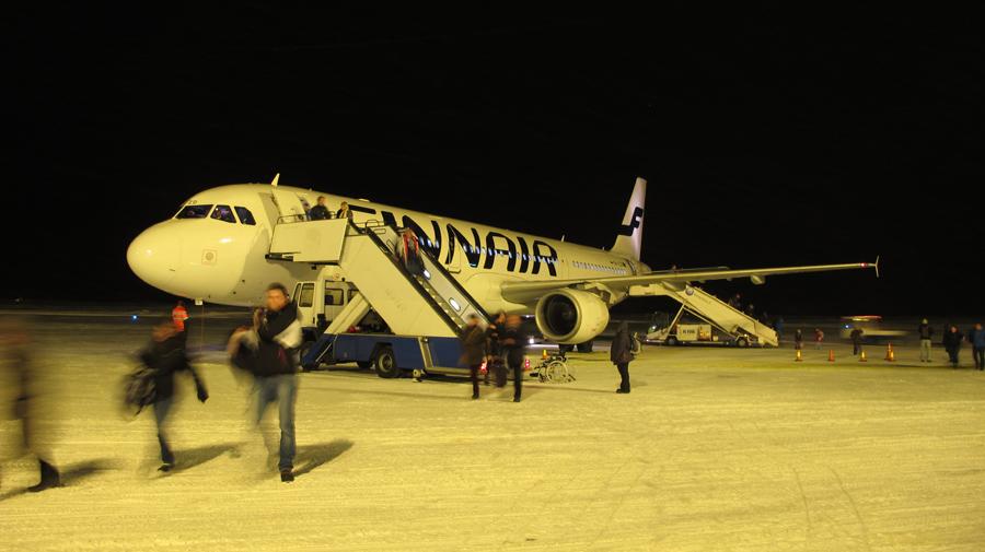 Ankunft in Kittilä - die Landebahn unter einer festen Schneedecke