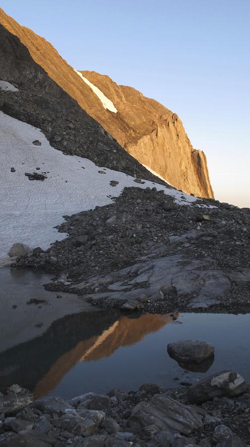 Nach rund einer Stunde sind wir beim Chilchli 2786m angelangt. Hier montieren wir die Gletscherausrüstung und seilen uns an.