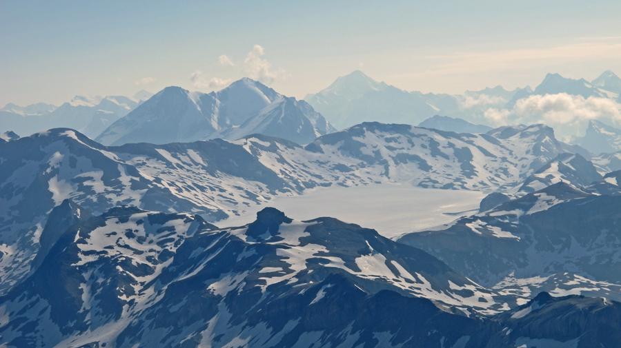 Wunderbare Aussicht auf die Plaine Morte mit Wildstrubelmassiv, Altels und Balmhorn, sowie Alteschhorn im Hintergrund