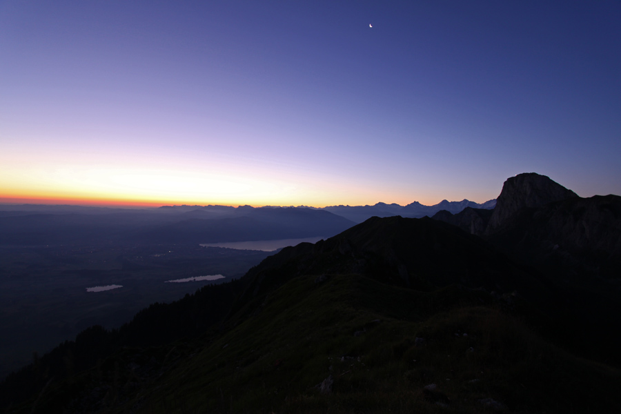 Am nächsten Morgen: noch scheint der Mond über dem Thunersee